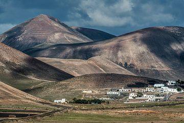 Het landschap nabij Casitas de Femes op Lanzarote, Canarische Eilanden. van Harrie Muis