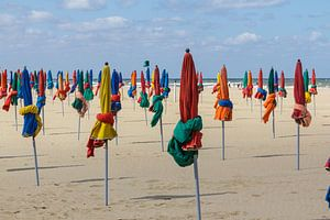 Kleurig strand met parasols