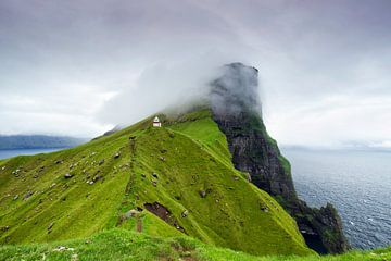 Leuchtturm in den Wolken, Kallur, Kalsoy, Färöer Inseln von Sebastian Rollé - travel, nature & landscape photography