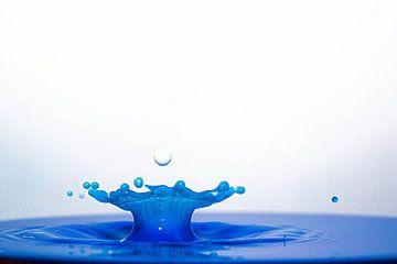 Splash in blauw en wit van Anne Ponsen