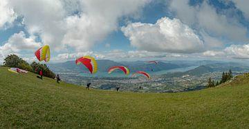 De start van parasailen, parapente vanaf Mont Revard, Lac du Bourget, Aix-les-Bains, Savoie, Frankri van Rene van der Meer