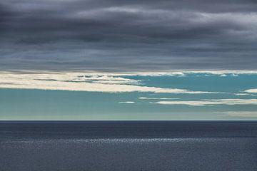 Lichtvlek op de oceaan door spleet in t wolkendek sur