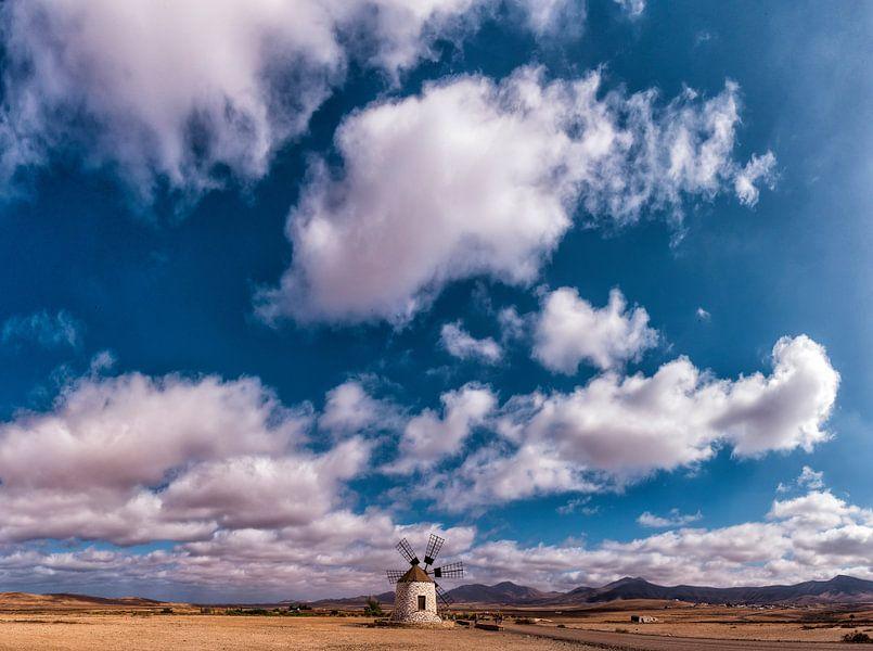 Molino de Tefia, windmolen met 6 wieken, Tefia, Fuerteventura, Spanje van Rene van der Meer