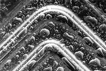 Abstraktes Bild von Tropfen auf Metall in Schwarz und Weiß von Lisette Rijkers