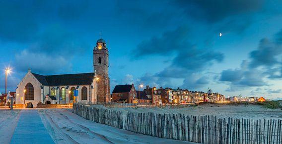 Oude kerk of Andreaskerk in Katwijk bij avond