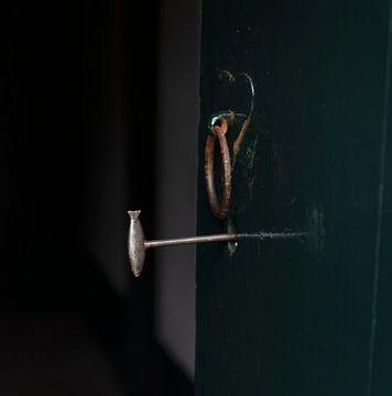 Sleutel in de kerkdeur in Visvliet van Bo Scheeringa Photography