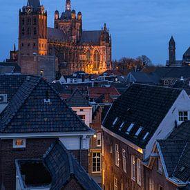 De mooie Sint Jan kerk in Den Bosch tijdens het blauwe uur. van Jos Pannekoek