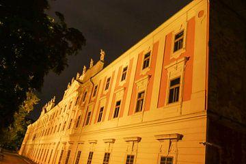 Praag - (school) gebouw tijdens nachtwandeling van Wout van den Berg