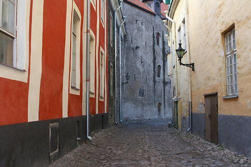 Middeleeuws straatje in Tallinn (Unesco), Estland van Inge Hogenbijl