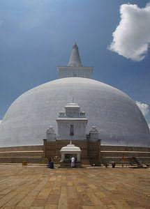Biddende man bij Ruwanwelisaya tempel