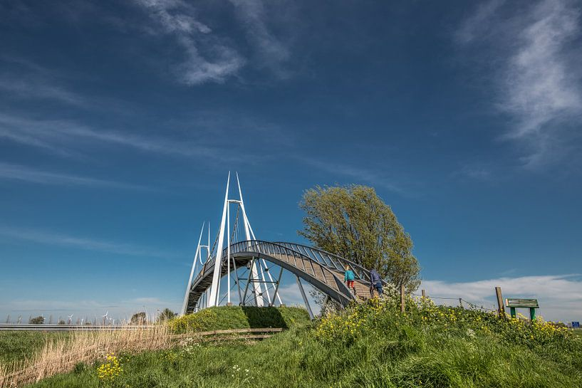 De Slachtetille brug in Noord Friesland over de snelweg Leeuwarden - Harlingen van Harrie Muis
