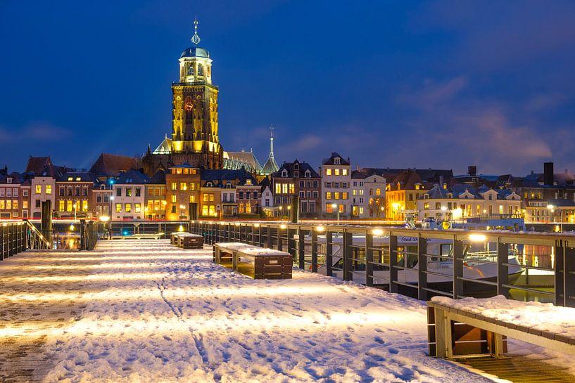 Skyline van Deventer aan de IJssel tijdens een koude winteravond van Sjoerd van der Wal