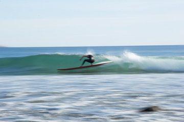 Wazige surfer van Bas Koster