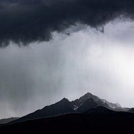 Regen Storm boven de bergen van Hidde Hageman