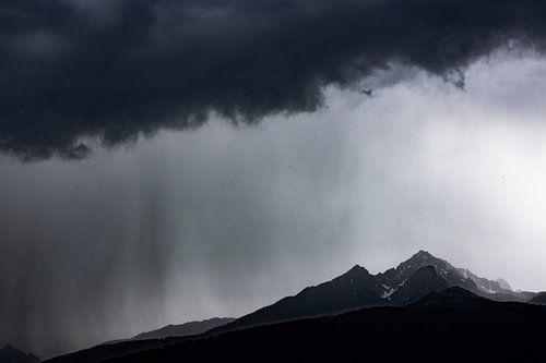 Regen Storm boven de bergen van