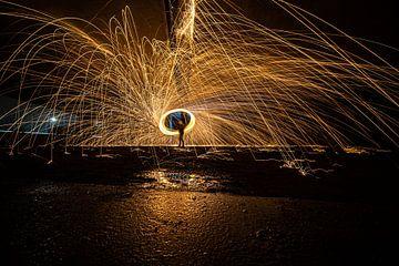 Spectaculair lightpainting werk met brandend staalwol van Fotografiecor .nl