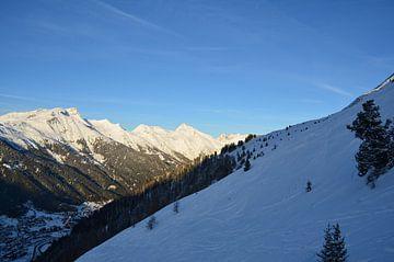 Alpen met veel sneeuw zon en blauwe lucht van Marcel van Duinen