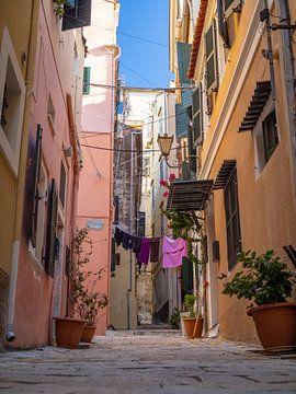 Bunte mediterrane Straße in der Altstadt von Korfu | Reisefotografie Griechenland von Teun Janssen
