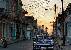 Cubaanse straat tijdens zonsondergang