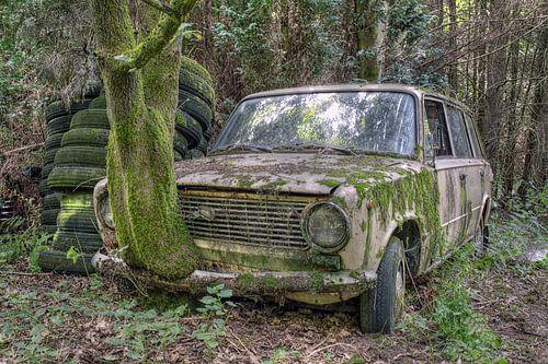 verlaten plaats - oude roestige auto