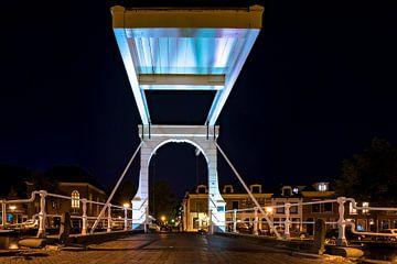 Pont-levis blanc néerlandais authentique sur le canal de la ville sur Fotografiecor .nl