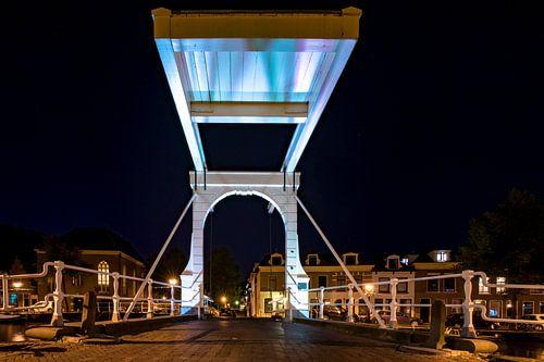 Authentieke Nederlandse witte ophaalbrug
