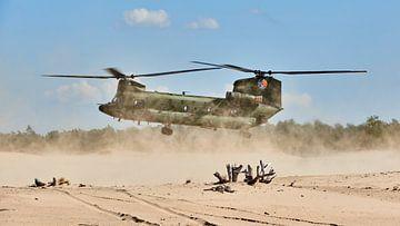 Chinook transporthelikopter landt in een zandverstuiving van Jenco van Zalk