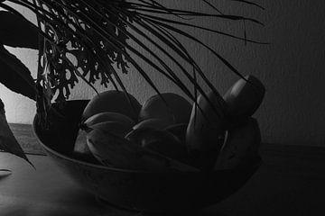 Schwarz-Weiß-Kunst mit Obst auf einer Waage von J..M de Jong-Jansen
