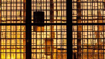 Das letzte Sonnenlicht des Tages scheint durch mittelalterliche Glasfenster von Fotografiecor .nl