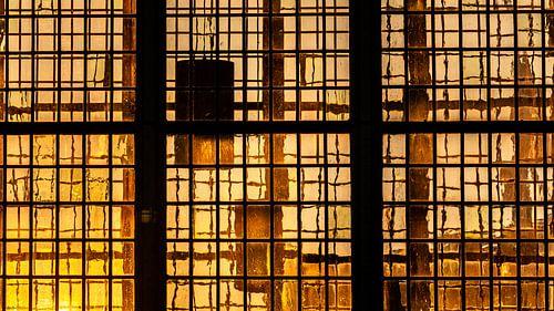Laatste zonlicht van de dag schijnt door middeleeuwse glas in lood ramen