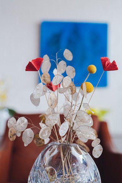 Gedroogde bloemen in kristallen vaas van Jonai