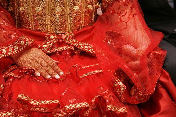 Marokkaanse bruid met getatoeëerde henna handen