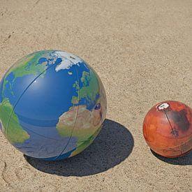 Die Erde und Mars auf dem Strand von Frans Blok