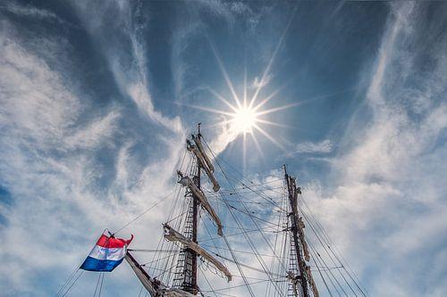 Tweemaster en de zon in de haven van Lemmer, Friesland.