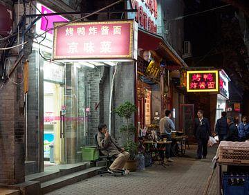Homme fumeur dans la rue à Pékin sur Femke Klaver