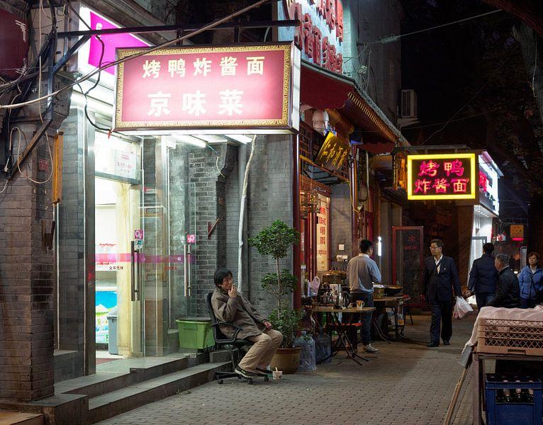 Rokende man op straat in Beijing van Femke Klaver