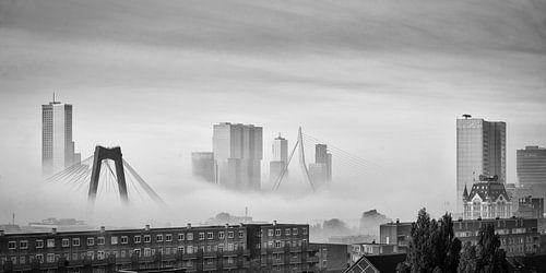 Skyline van Rotterdam in de mist von Mark De Rooij