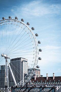 Londen eye tegen blauwe lucht. van AB Photography