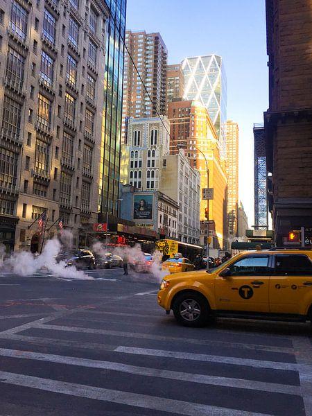 Straten van New York met gele taxi van Stefanie de Boer