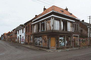 Verlaten huis in spookstad Doel van Rob Veldman
