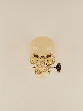 Goldener Glasschädel mit Rose von Tom IJmker