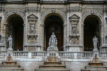 un bel immeuble et des statues à paris sur Eric van Nieuwland