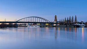 Arnhem stad aan de Rijn met hoogwater van