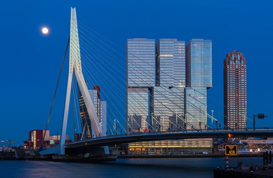 De Rotterdam in the blue hour van Ilya Korzelius