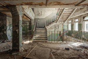 Een verlaten trappenhuis van Perry Wiertz