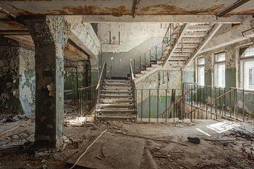 Een verlaten trappenhuis van