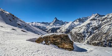 Een grote rots met op de achtergrond het Matterdal en de Matterhorn, in Wallis, Zwitserland sur
