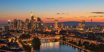 Frankfurter Skyline nach Sonnenuntergang von Robin Oelschlegel