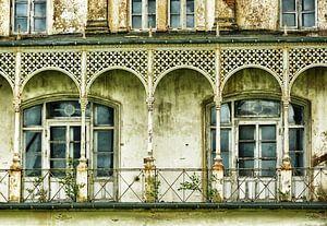 Vervallen witte villa III