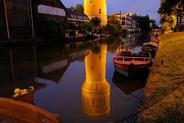 Watertoren Heuveloord weerspiegeld in de Vaartsche Rijn langs de Jutfaseweg in Utrecht van Donker Utrecht
